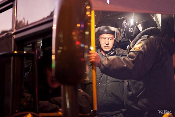 Когда начало темнеть, подъехал очередной автобус для задержанных.. Изображение № 24.