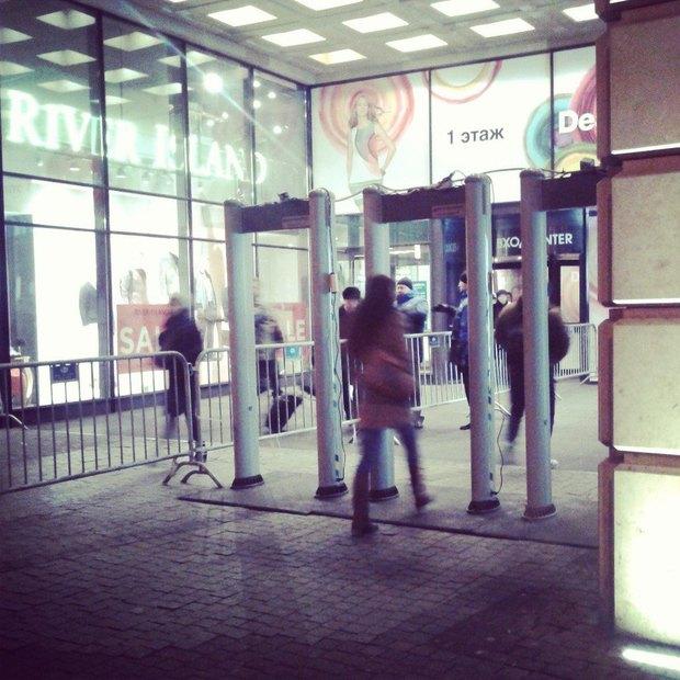 У входа в ТЦ «Галерея» установили металлоискатели. Изображение № 1.