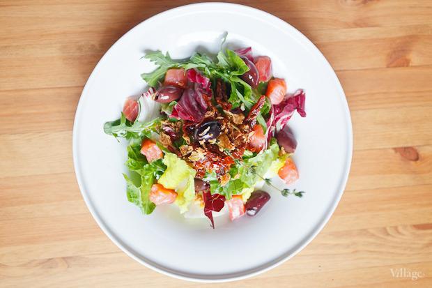 Зелёный салат с копчёным лососем, оливками и хрустящим луком — 224 рубля. Изображение № 2.