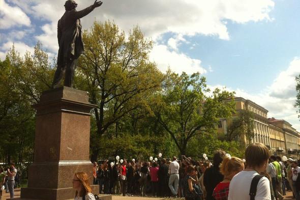 В воскресенье в Петербурге гуляли 500 человек, в понедельник закрывают Исаакиевскую. Изображение № 5.