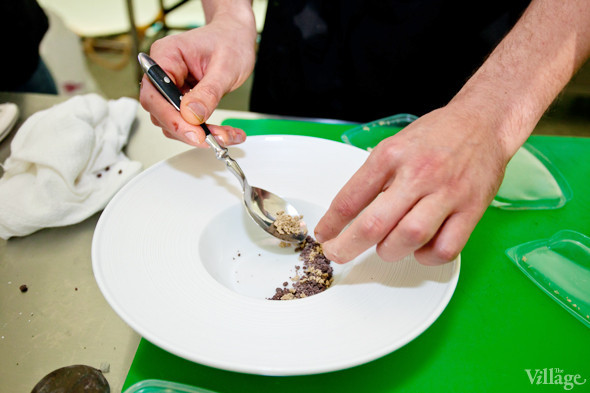 Omnivore Food Festival: Иван Березуцкий готовит суп из черноплодной рябины и нутрию в бересте. Изображение № 32.