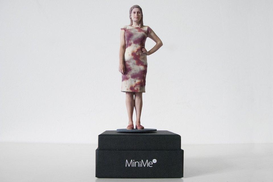 С первого раза корреспонденту The Village Алисе По отсканироваться удалось плохо из-за чёрных колгот, которые сканер не распознаёт. Поэтому пришлось повторить процесс через несколько дней — в разноцветном платье.. Изображение № 10.