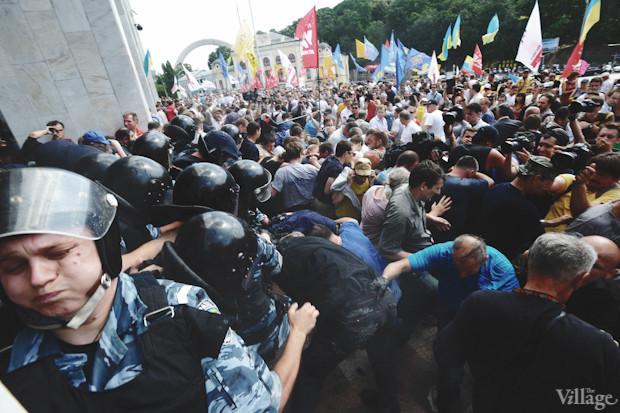 Вскоре милиция предпринимает ещё одну попытку выдавить пикетчиков с площади. И беркутовцы, и протестующие применяют газовые баллончики. Изображение № 37.