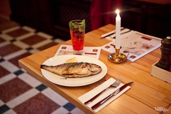 Дорадо, фаршированная чесноком и свежей зеленью, с шпинатом и итальянским картофелем — 980 рублей. Изображение № 25.