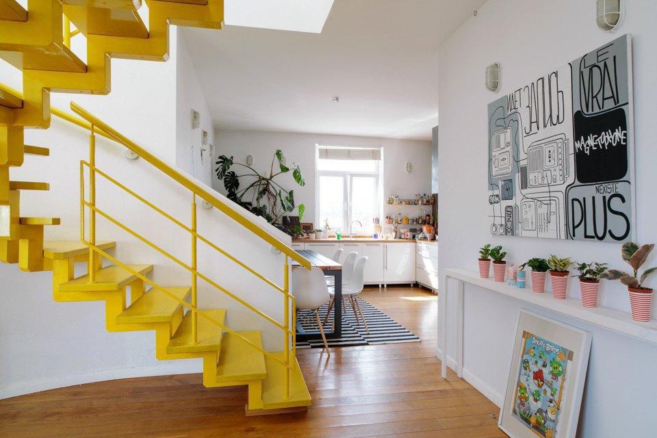 Двухэтажная квартира сжёлтой лестницей исадом набалконе . Изображение № 2.