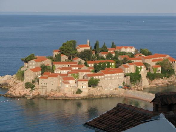 Свети-Стефан некогда остров, ныне соединенный с материком узкой насыпью-дорогой.. Изображение № 4.