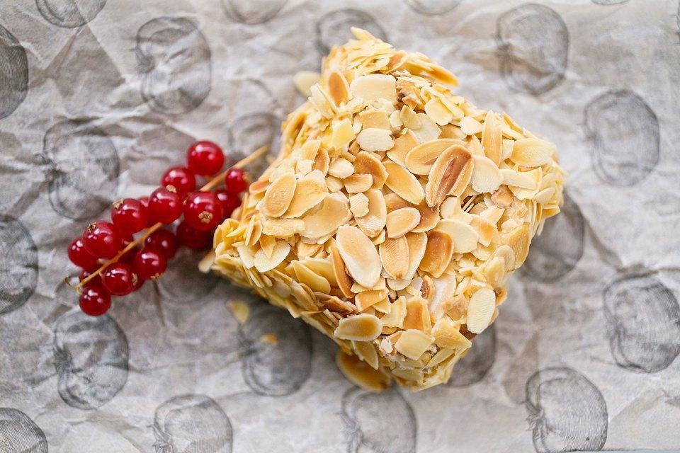 «Наш киевский торт» с орехами, миндалем и легким заварным кремом (290 рублей). Изображение № 22.