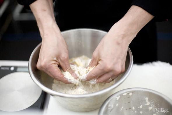 Смесь для теста тщательно перемешивает руками су-шеф MBC Доминик. Изображение № 14.