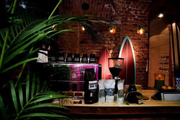У «Сенной площади» открыли «сёрферскую» кофейню SurfCoffee. Изображение № 7.