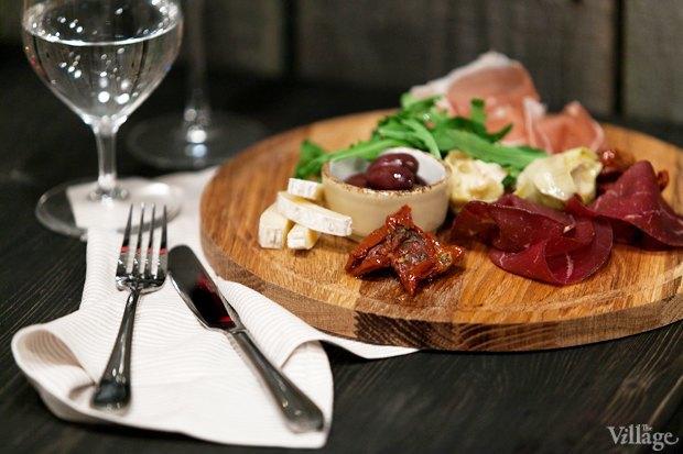 Итальянская тарелка: вяленые томаты, артишоки, оливки, бреазола, парма, таледжио — 600 рублей. Изображение № 11.