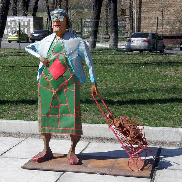 На Русановской набережной установили «Бабку с кравчучкой». Изображение № 1.