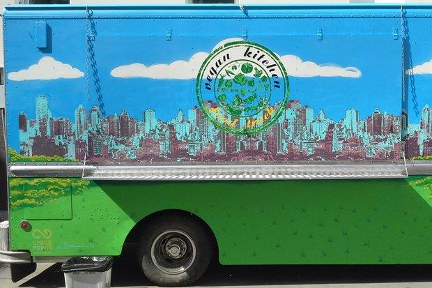 На «Бауманской» появился кафе-автобус с веганской едой. Изображение № 1.