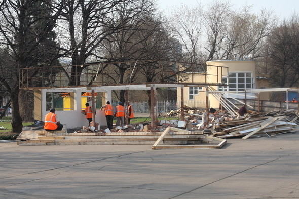 Демонтаж в парке им. Горького, 28 апреля 2011 . Изображение № 11.