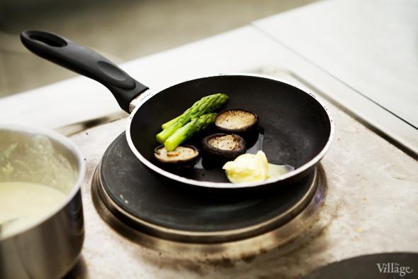 Omnivore Food Festival: Алекс Жилюк готовит картофельные оладьи с чёрной икрой и баллотин из ягнёнка. Изображение № 18.