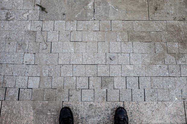 Швы неравномерные и не зафугованы, то есть не забетонированы, а значит под плитку может попасть вода . Изображение №11.