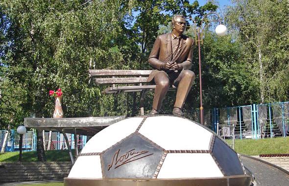 Памятник Валерию Лобановскому, чьё имя носит стадион. Изображение № 11.