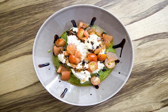 Салат с моцареллой, запечёнными помидорами и соусом песто — 450 рублей. Изображение № 44.