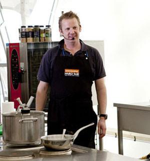 Omnivore Food Festival: Бенжамен Турсель готовит яйца конфи с копчёным чаем и сливами умебоши. Изображение № 1.