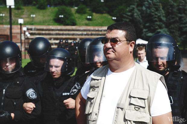 Офицер милиции, руководящий отрядами «Беркута», почему-то одет в гражданское. Изображение № 23.