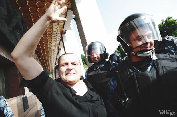 Некоторые противники закона о языках объясняют милиционерам свою позицию. Изображение № 9.