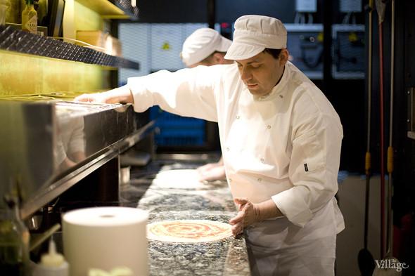 На основе для пиццы равномерно распределяют соус из томатов. Изображение № 4.