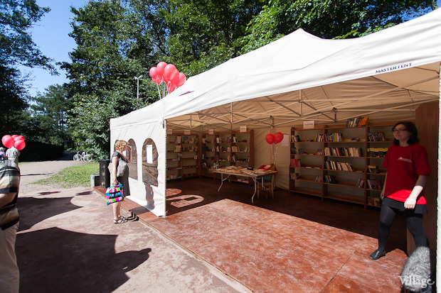 В ЦПКиО открылась летняя библиотека на воздухе. Изображение № 1.