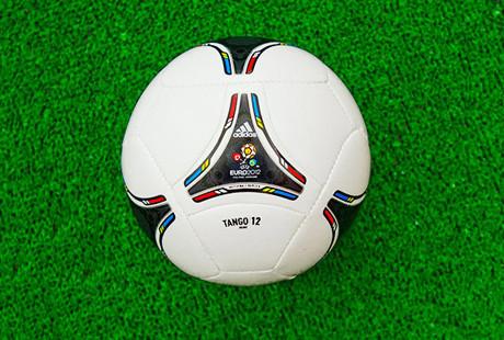 Сувениры Евро-2012 начали продавать в два раза дешевле. Зображення № 1.