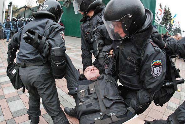 В ходе стычки один из сотрудников милиции получил удар кастетом в челюсть (так утверждают в пресс-службе МВД) и потерял сознание.. Изображение № 20.