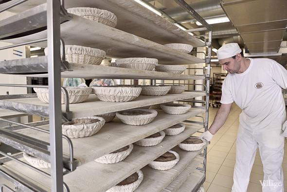 На стол вручную выкладывают сформованное тесто, которое по ленте едет в автоматическую подовую печь. Изображение № 27.