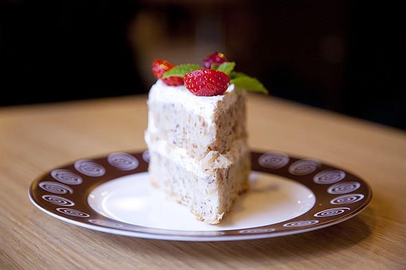 Нежный бисквитный торт с фундуком и карамельным соусом. Изображение № 16.
