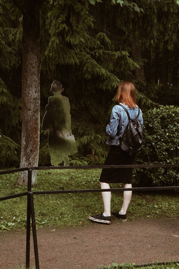 Зеркальные скульптуры «Ночлежки» в нижнем парке Петергофа GvRPAVIwVewlFFfnwux-zg-article