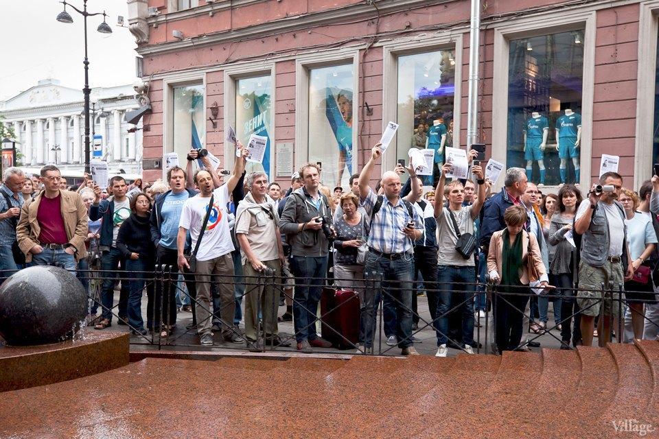 Фоторепортаж: «Народный сход» вподдержку Навального вПетербурге. Изображение № 13.