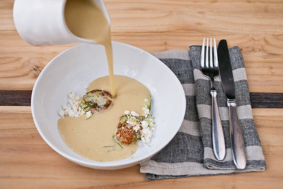 Картофельный суп с луком-пореем, гребешками, яблоком и маслом нуазет 490 рублей. Изображение № 19.