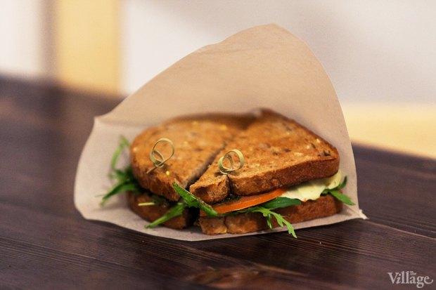 Сэндвич Cheezy (моцарелла, соус «Зелёный», томат) — 110 рублей. Изображение № 8.