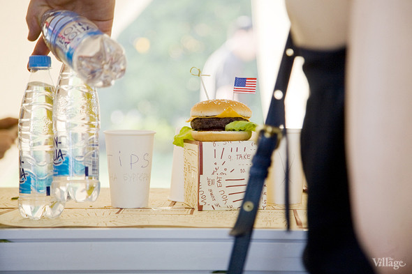 На пикнике CBBG готовили всего два вида бургеров из своего меню — чикенбургеры и чизбургеры из говядины. Изображение № 35.
