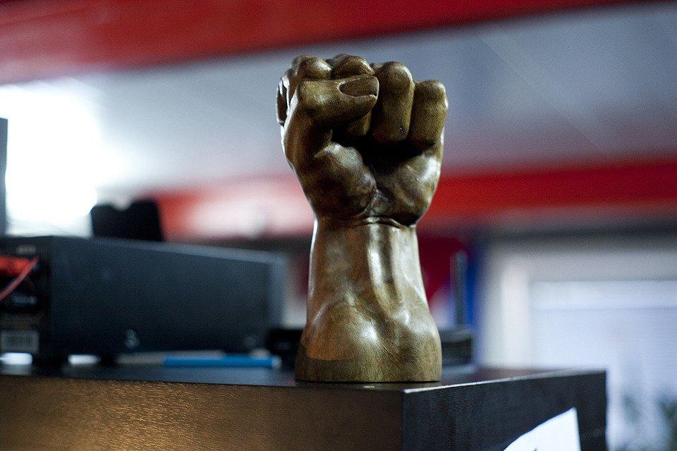 Никто не помнит, как в офисе появилась эта статуэтка.. Изображение № 30.