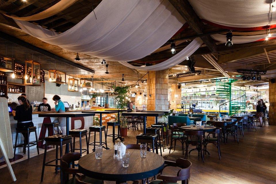 Ресторан большая кухня в галерее