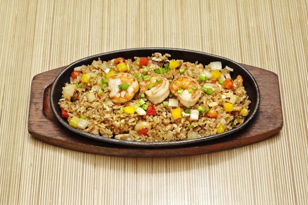 Теппан-яки рис c дарами моря (японский рис, обжаренный на теппане c морепродуктами, овощами и яйцом) —430 рублей.. Изображение № 3.