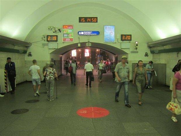 В петербургском метро появилась напольная реклама. Изображение № 3.