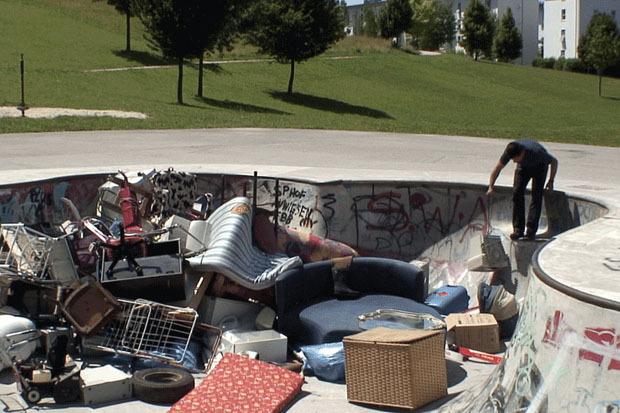 Leopold Kessler / Леопольд Кесслер. Skater Pool Dumping  / «Скейтпул – свалка». Перфоманс, видео 8'47″, Вена, 2011. Изображение № 2.