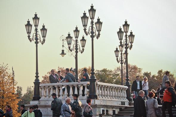 Людей на площади немного, и дружинники высматривают кандидатов на задержание.. Изображение № 6.