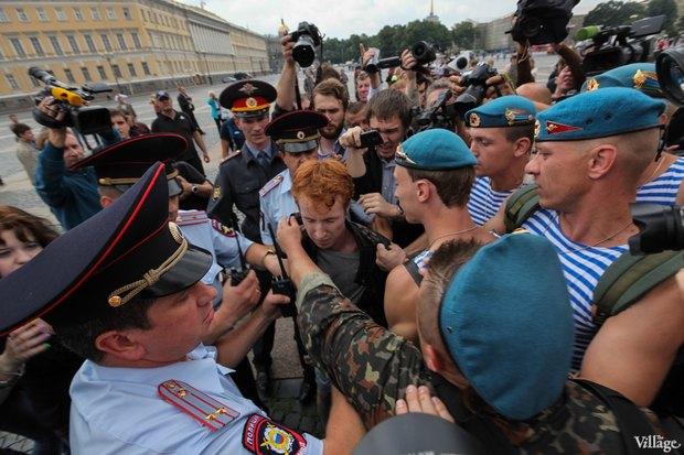 Фото дня: Десантники пытались избить гей-активиста на Дворцовой. Изображение № 4.