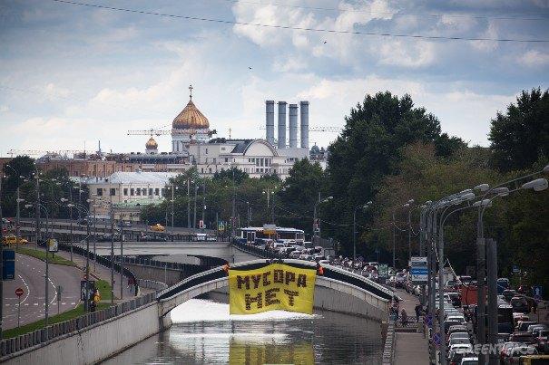 Баннер Greenpeace из пластиковых бутылок на Тессинском мосту. Изображение № 1.