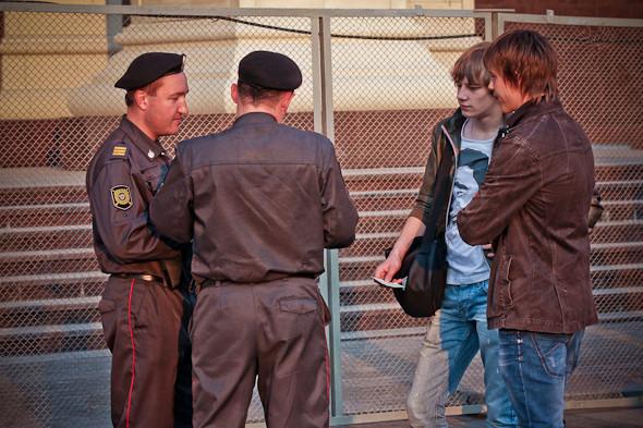 Акция памяти была намечена на 15:30. С этого времени полицейские начинают задерживать всех молодых людей в спортивной одежде, похожих на болельщиков.. Изображение № 2.