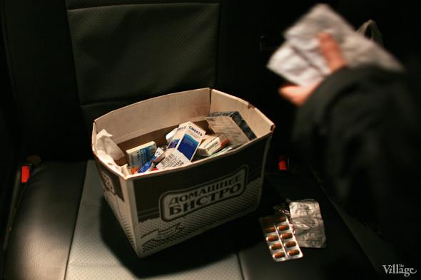 В ящике с лекарствами — медикаменты первой необходимости: средства для желудка, таблетки от кашля, бинты, пластыри. Изображение № 7.