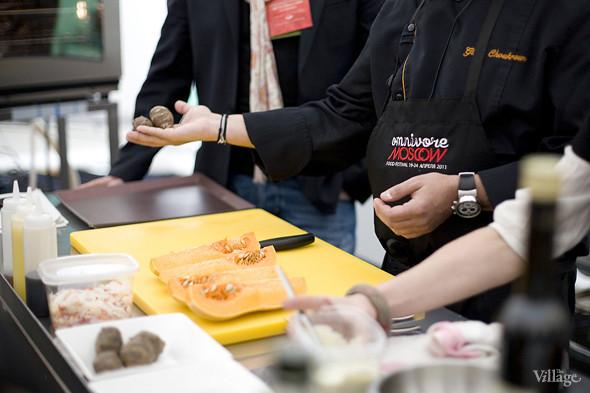 Жиль рассказывает о том, как легко приготовить пюре из топинамбура, и показывает его плоды. Изображение № 15.