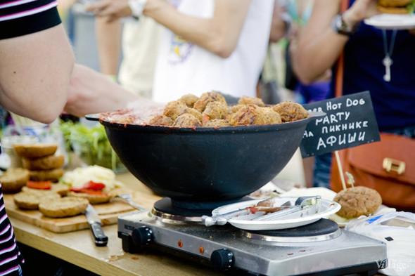 Под заявленую тему —NY street food BBQ ведущие готовили ребра на углях, томленые в вишневом соке, копченые индюшачьи ноги в соусе BBQ, бургеры BLT, хот-доги с копченой колбаской, корном, айоли и ананасами на гриле. Изображение № 46.