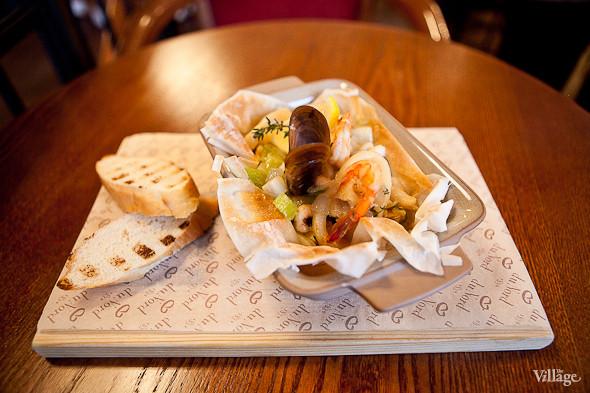 Panier du Fromage — «Панье дю Фромаж» — салат в сырной корзинке с лососем, креветками и икрой — 260 рублей . Изображение № 34.