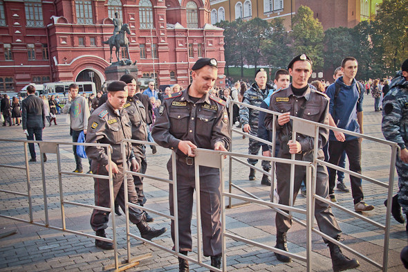 Около гостиницы «Москва» выстраиваются автобусы полиции и даже один водомет. Небольшую территорию огораживают для проведения досмотров.. Изображение № 5.
