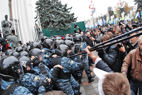 Устранив преграду, митингующие перешли площадь и вплотную приблизились к шеренге «Беркута».. Изображение № 10.